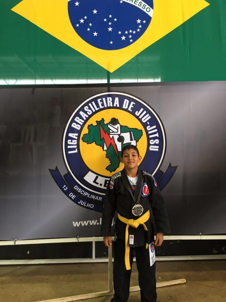João Vitor com sua medalha na Liga Brasileira de Jiu-Jitsu/ Foto: Arquivo Pessoal