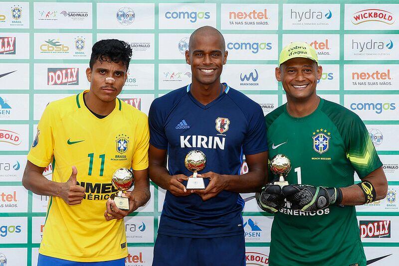 """Mão recebeu o troféu de """"Melhor Goleiro"""" e Mauricinho foi o """"Artilheiro"""" da competição com cinco gols"""