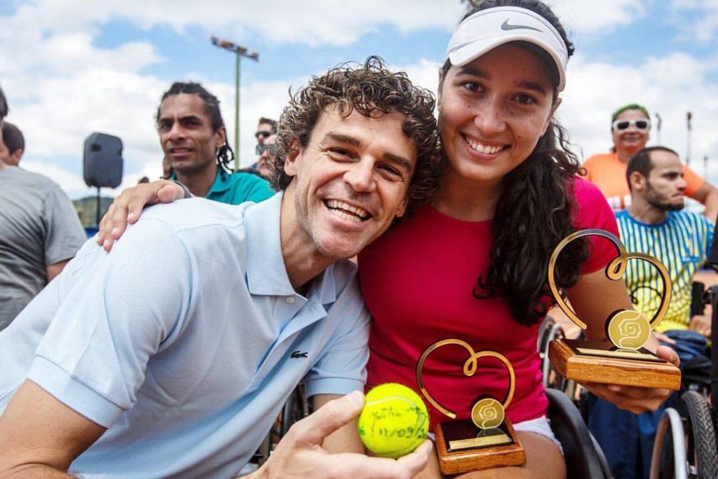 Guga Kuerten e a tenista pentacampeã Natália Mayara com os troféus do Torneio Profissional de Tênis em Cadeira de Rodas.