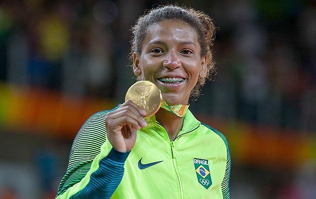 Rafaela Silva exibindo a medalha de ouro conquistada nos Jogos Olímpicos 2016/ Foto: Marco Galvão/Fotoarena/Folhapress