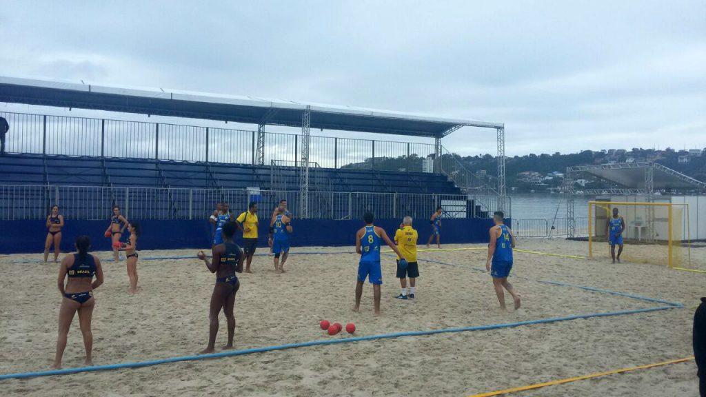 Seleções durante treinamento na Praia de São Francisco, em Niterói/ Foto: Divulgação