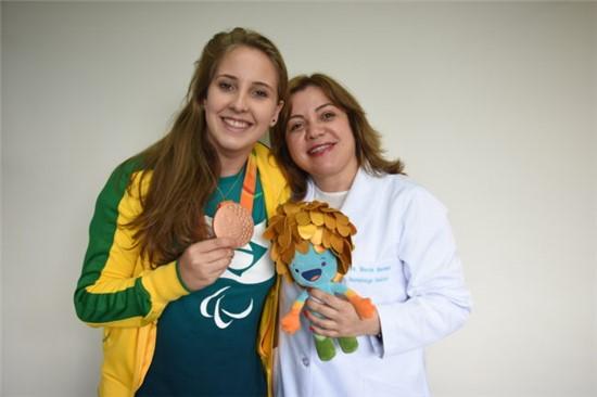 Danielle ao lado de Márcia Bandeira/ Foto: Maria Fernanda Schneider/Hospital Pequeno Príncipe